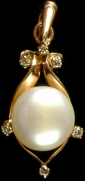 Charming Pearl Pendant with Diamonds